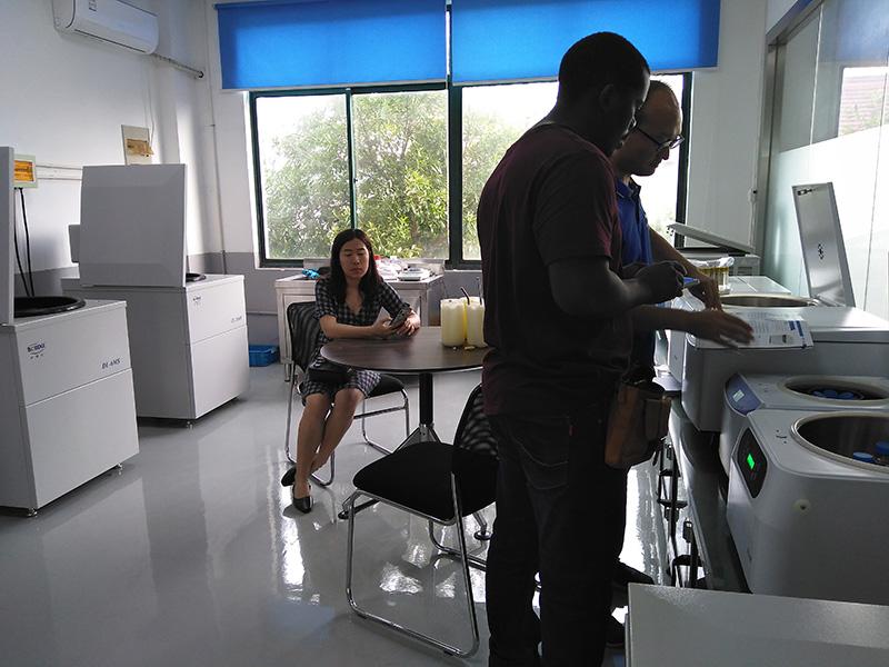 赞比亚客户正在核对离心机参数.jpg