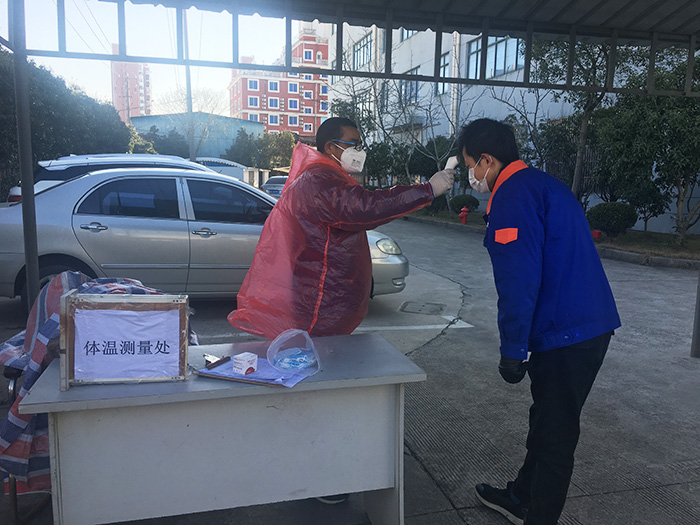 入园前戴好口罩、检测体温并登记.jpg