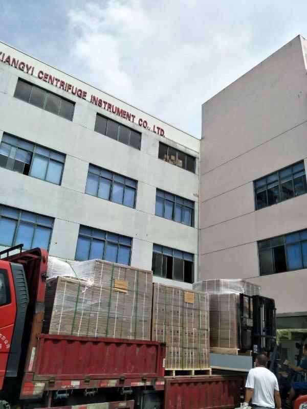 卢湘仪员工正在搬动离心机装车